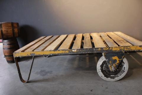 Industriële tafel met wielen mister vintage and sons